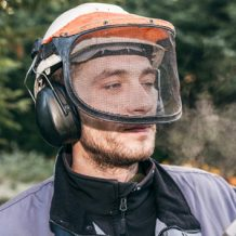 Sicherheit geht vor: Schutzkleidung bei der Arbeit mit der Kettensäge